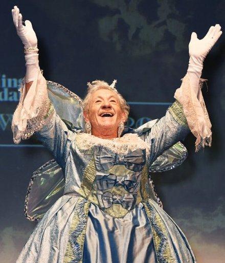 Pavé oblige, voici donc Sir Ian Mckellen en costume de fée.